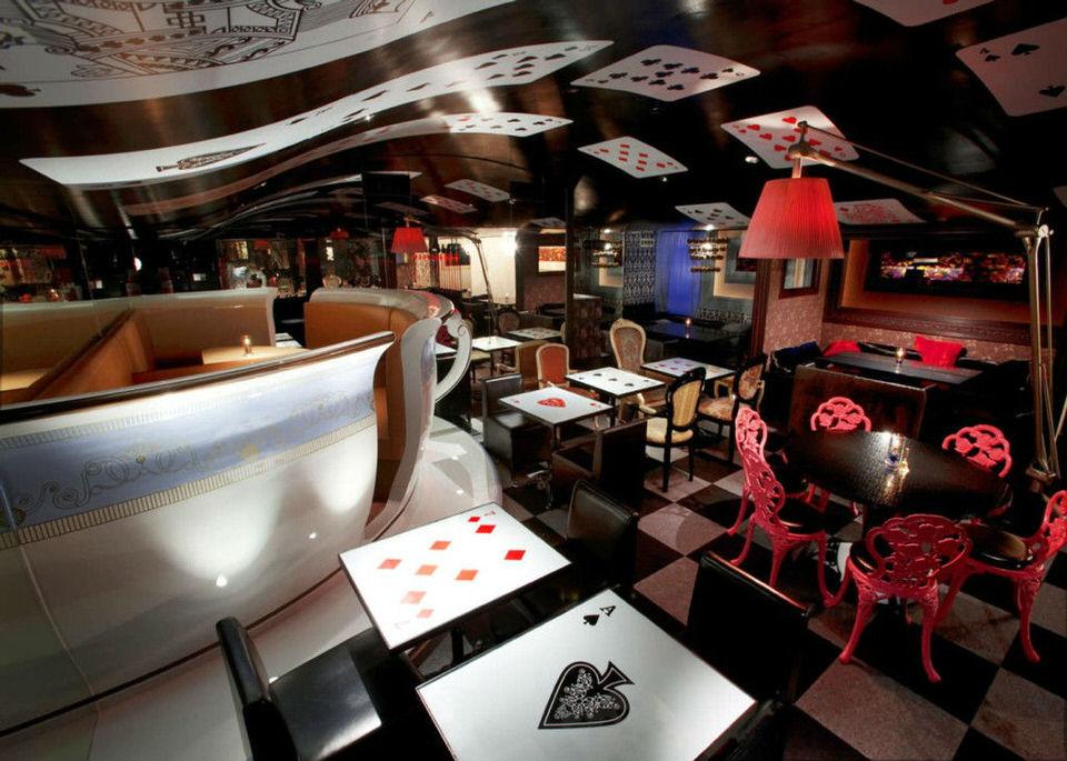 ristoranti-strani-nel-mondo-alice-nel-paese-delle-meraviglie-tokyo