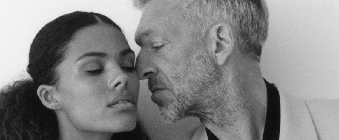 Vincent Cassel e la moglie Tina Kunakey posano insieme come modelli