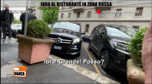 Ibrahimovic: un video lo riprende all'uscita del ristorante a Milano