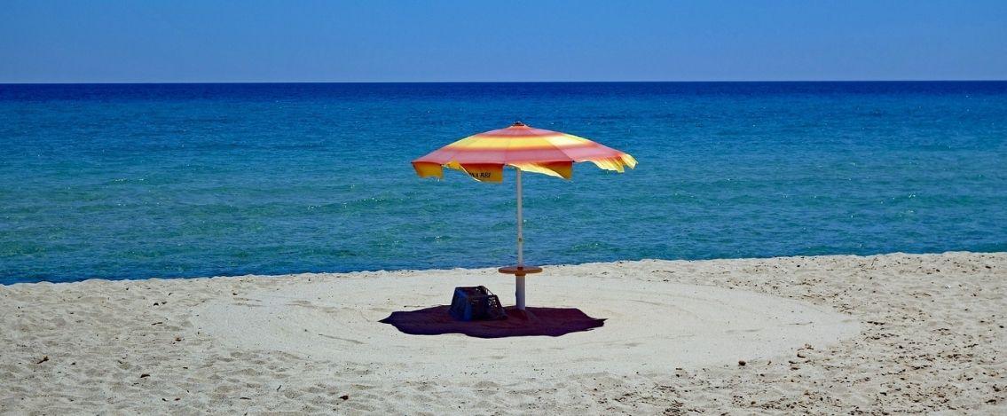 Formia, uomo importuna bambine in spiaggia e rischia il linciaggio